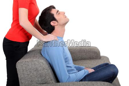 kobieta dajac masaz szyi meza