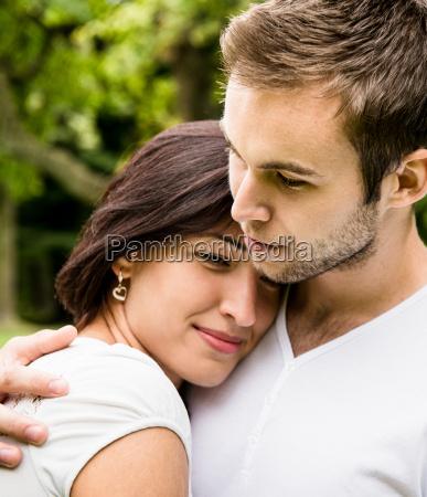 mloda para zakochanych razem