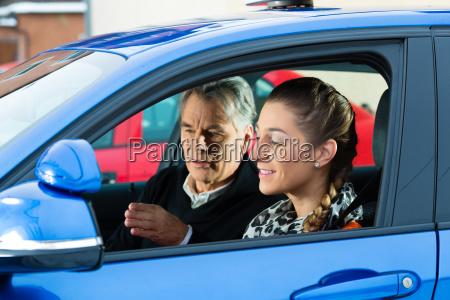 mloda kobieta w samochodzie szkoly jazdy
