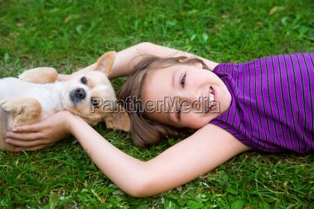 dzieci gry z psem chihuahua lezacego