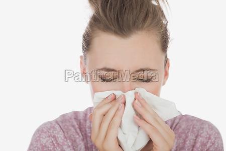 mloda kobieta cierpi na zimno