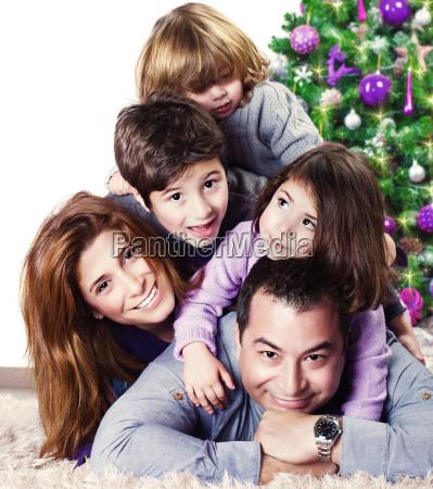 szczesliwa rodzina w poblizu choinki