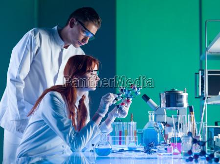 naukowcy badajacy strukture molekularna