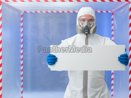naukowiec posiadajacy baner reklamowy w kwarantannie