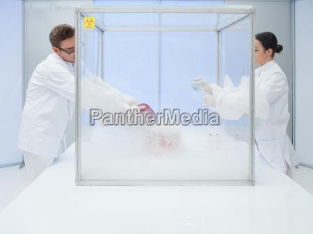 szybko zamrazac materie biologiczna w sterylnej