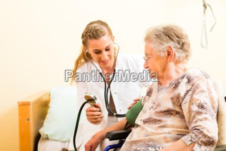 wiek i pielegniarska pielegniarka i