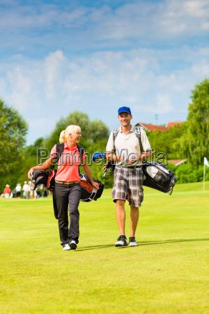 mloda sportowa para grajaca w golfa