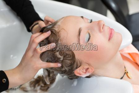 fryzjerka mycia wlosow klienci