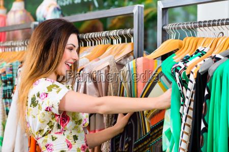 mloda kobieta zakupy w sklepie lub