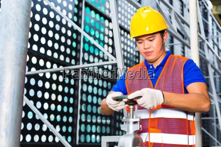 technika domu lub pracownik przemyslowy pracuje