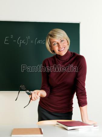 nauczyciel stoi przy tablicy i poinformowal