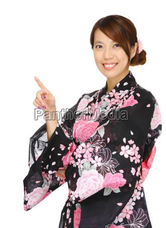 asian kobieta nosi kimono i wskazujac