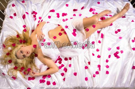 dziewczyna z platkami roz