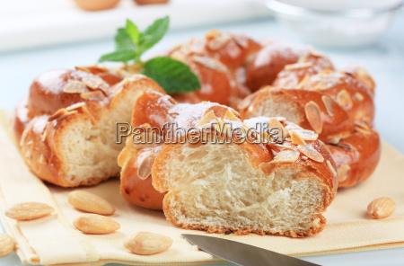 slodki pleciony wiencowy chleb z migdalami