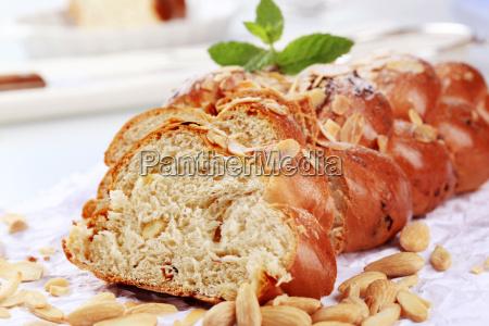 slodki chleb pleciona z migdalami i