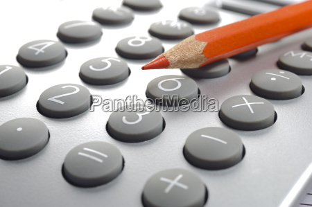 obliczanie z kalkulatorem i czerwonym olowkiem