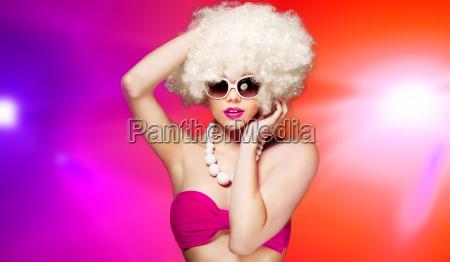 efektowna kobieta z blond afro fryzura