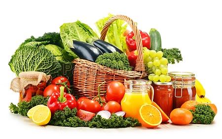 wiklinowy kosz z roznymi organicznymi warzywami