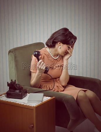 crying kobieta otrzymuje zle wiesci