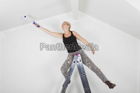 w43 kobieta malarstwo dwuspadowy pokoj narozniki