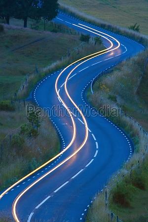 widok ruchu na zakrecie kretej drodze