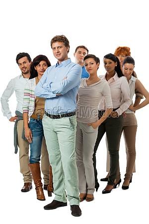 mlody zespol grupy z ludzmi innej
