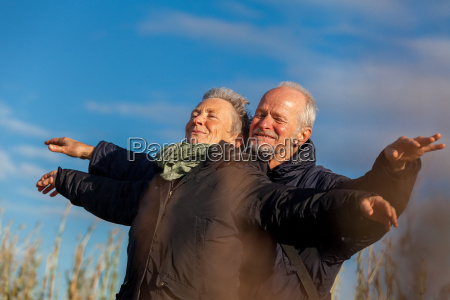 starsza para starszych smiac szczesliwie w