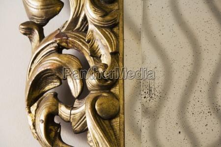 detal ozdobny nadszarpnieta lustro