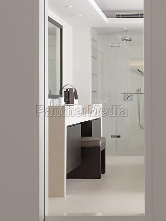 vanity pomiedzy umywalkami w nowoczesna lazienke
