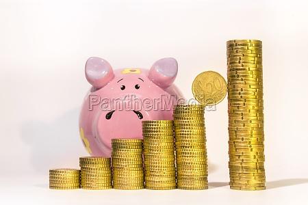 zolte monety w kolejce od krotkich