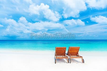 dwa pusty sunbed na plazy