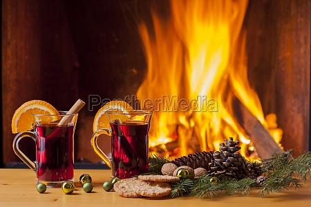 gorace grzane wino przy kominku