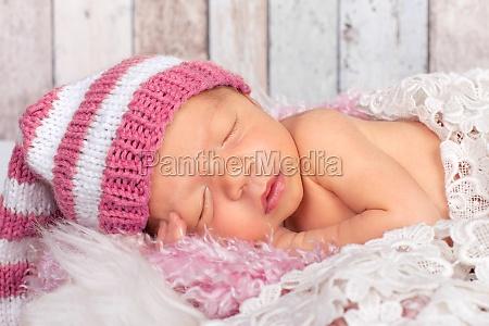 male dziecko w rozowym kapeluszu