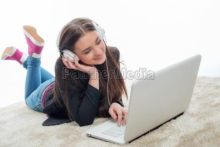 mloda dziewczyna z laptopem i sluchawkami