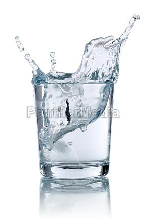 kostki lodu spada do szklanki z