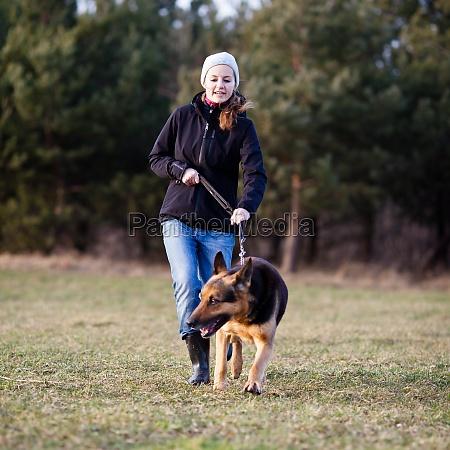 kobieta womane baba zwierze ssak pies