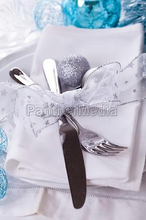 stylowy stol z dekoracjami swiatecznymi w