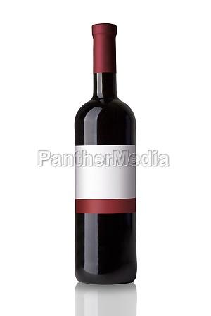 butelke czerwonego wina na bialym tle