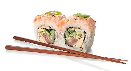 dwa sushi z paleczkami
