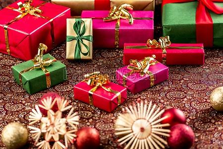Swiateczne prezenty na bogato teksturowane tkaniny