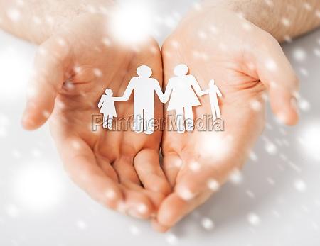 rece czlowiek przedstawiajacy rodzine papieru ludzi