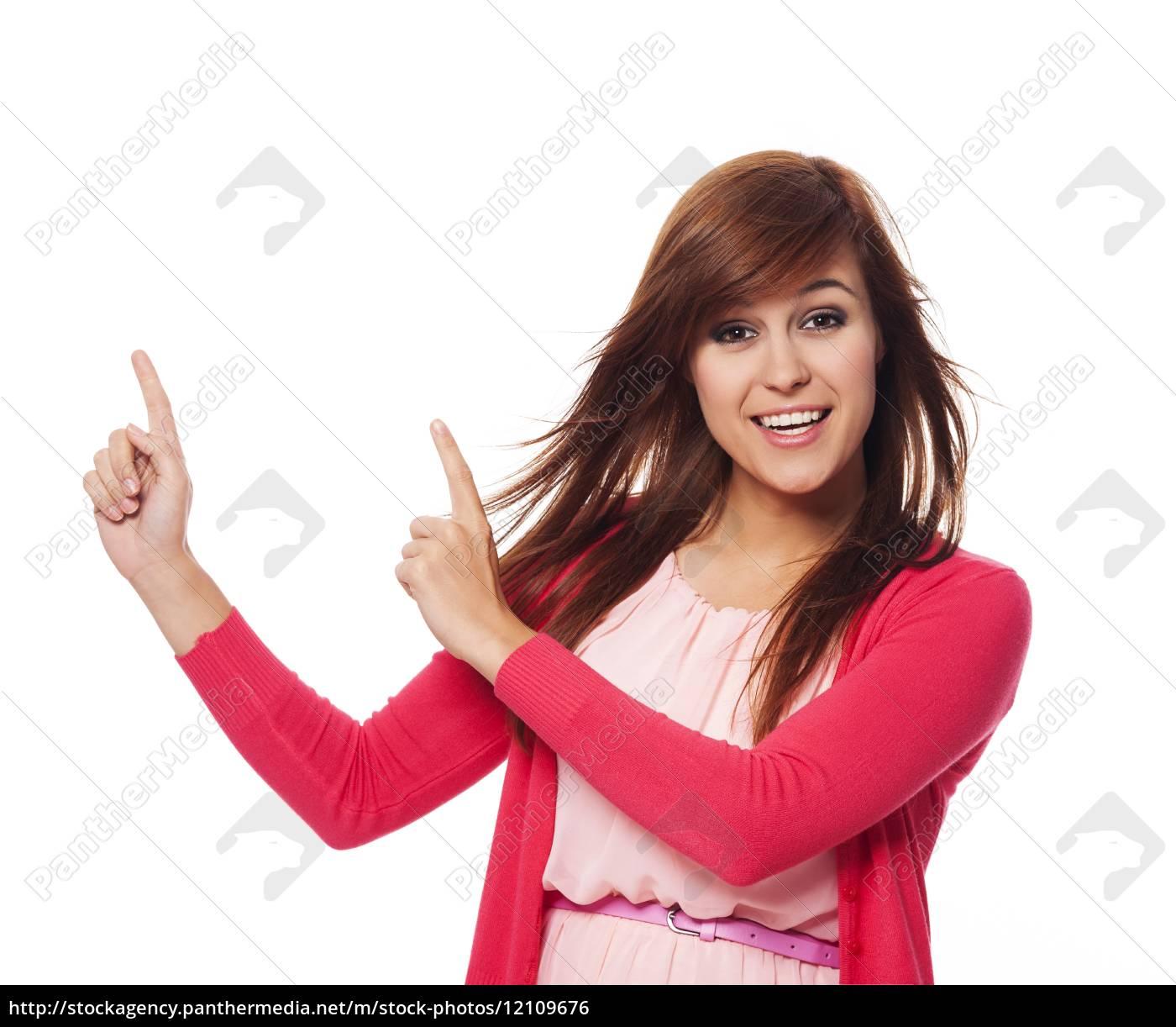 piękna, kobieta, w, różowym, wskazującym, na - 12109676