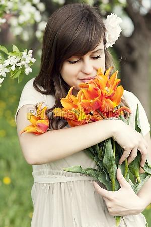 szczęśliwa, młoda, kobieta, ciesząc, się, zapachem - 12110160