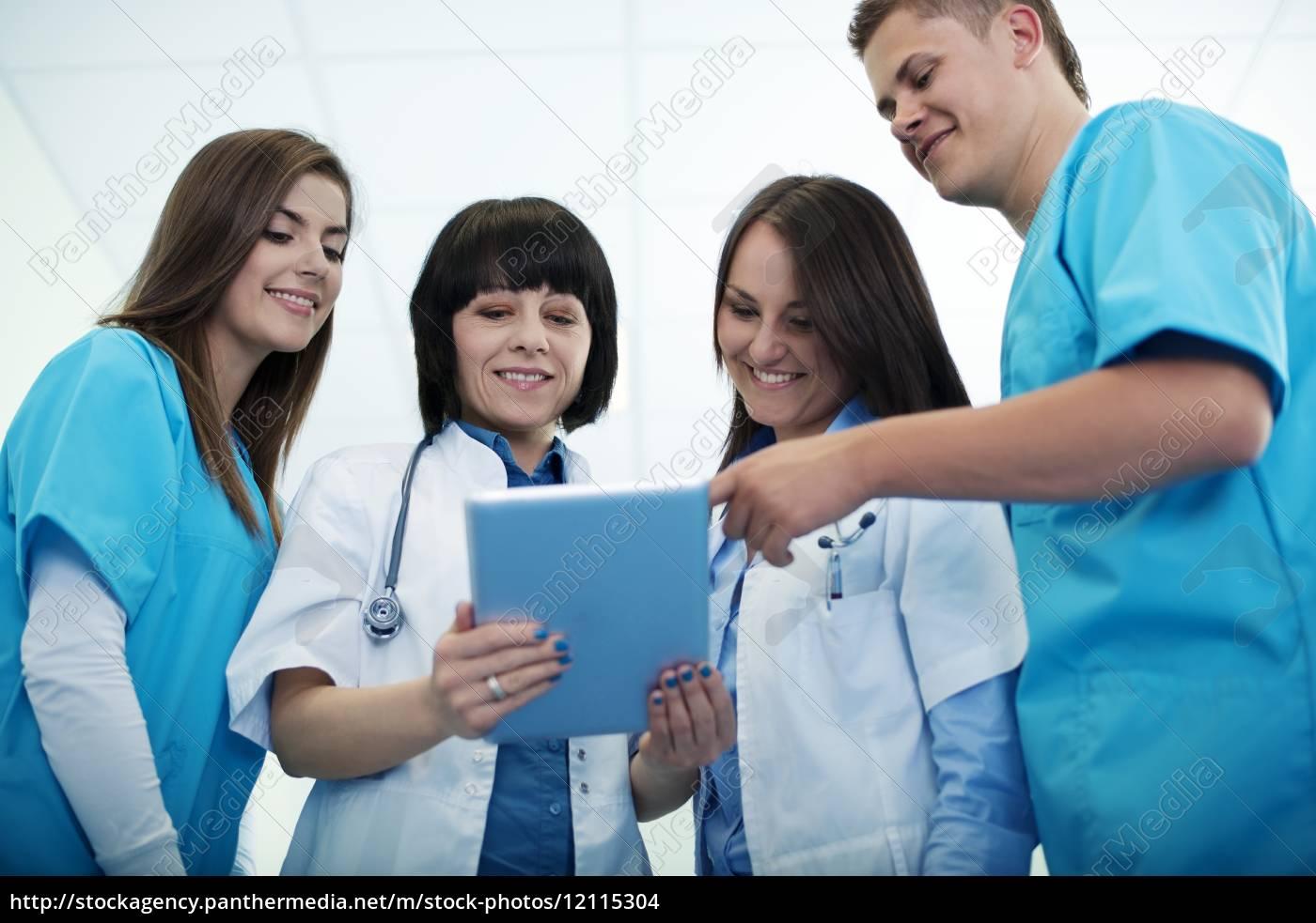 zespół, medyczny, sprawdza, wyniki, na, cyfrowym - 12115304