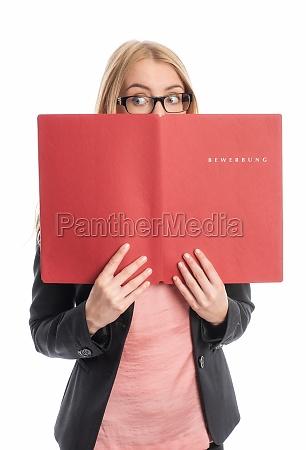 kobieta z folderem aplikacji