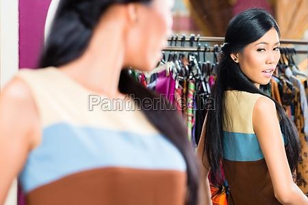asian kobieta zakupy w sklepie mody