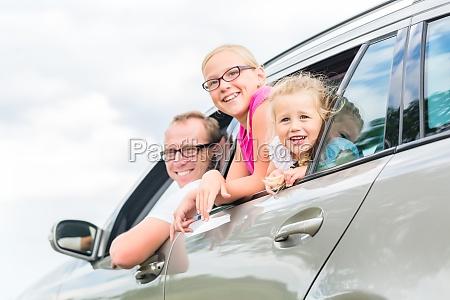 rodzina podrozuje samochodem w letnich wakacji