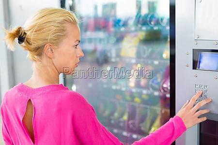 lady uzyciu nowoczesnego automatu