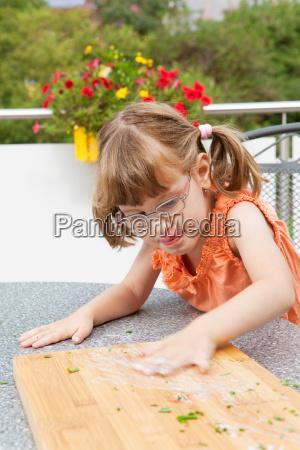 dziewczyna zaciera sos na deska tnaca