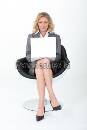 kobieta interesu siedziala w nowoczesnym fotelu